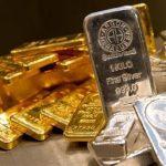 Силният долар и стабилната доходност водят златото и среброто надолу